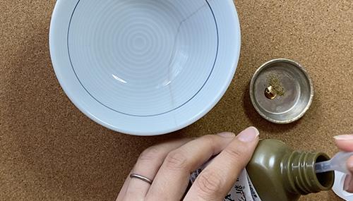 5.新うるしと金粉を混ぜて、器に乗せる