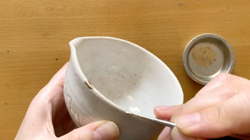 5.新うるしを金粉や銀粉と混ぜて、器に乗せる